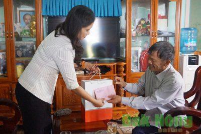 Phó Chủ tịch UBND tỉnh Tôn Thị Ngọc Hạnh thăm, tặng quà gia đình chính sách tại huyện Đắk Song